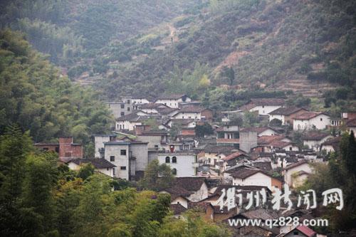 11月7日上午,在对坞村看到,家家户户的房前屋顶